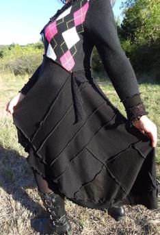 Robe noire à losanges écru et rose