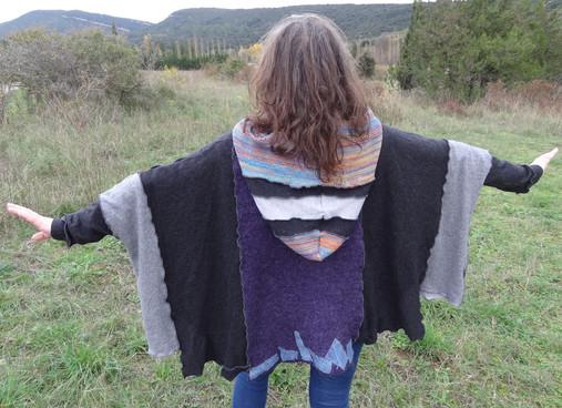 Pull oversize gris et violet à capuche multicolore