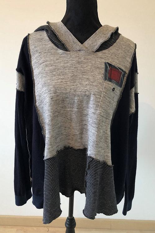 Pull fin oversize bleu marine et gris à capuche.