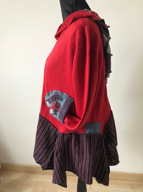 Pull oversize. Rouge, violet, rayures et jean. Grande capuche. Poches jean.