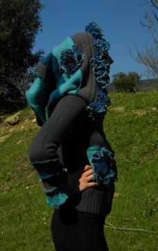 Gilet court gris et bleu, grande capuche