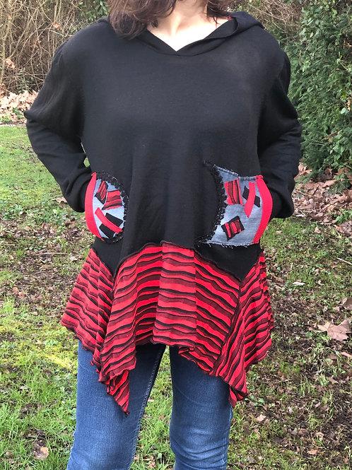 Pull oversize rouge et noir. Rayures rouge et noires. Capuche patchwork. Unique