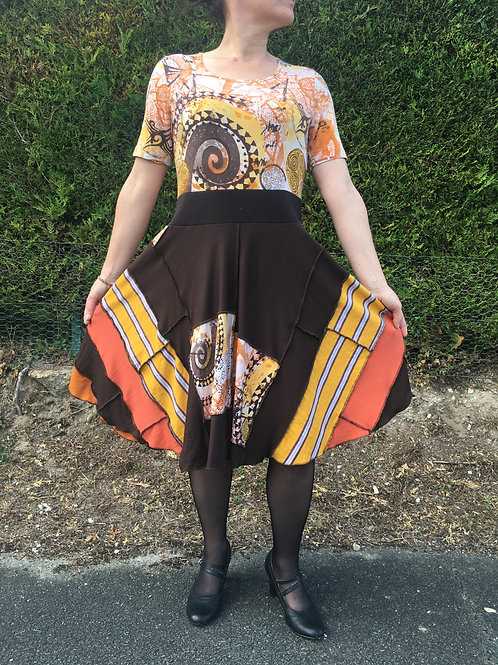L. Robe à manches courtes. Marron, orange, moutarde, rayures. Upcycling.