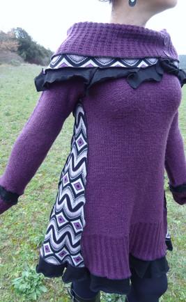 Robe/pull violette et imprimé noir et blanc