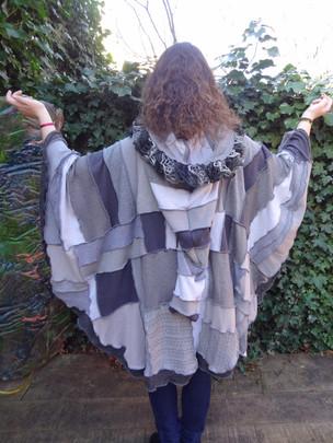 Poncho patchwork gris, grande capuche