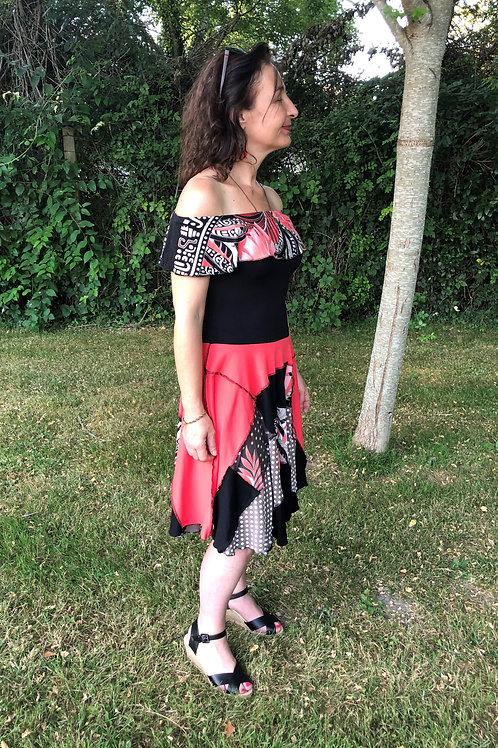 S/M. Robe à volant. Noir, corail et imprimé. Unique handmade clothing.