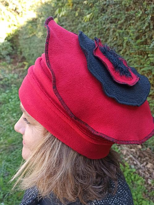 Chapeau en polaire rouge et noir.