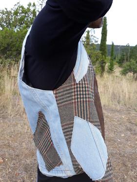 Gilet simili cuir, jeans et imprimé carreaux