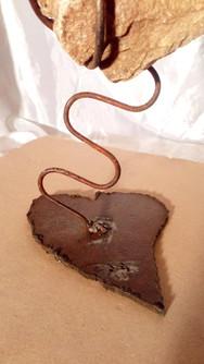 Sculpture Cœur en pierre vibrant tiges serpentin métal socle forme Cœur métal rouillée