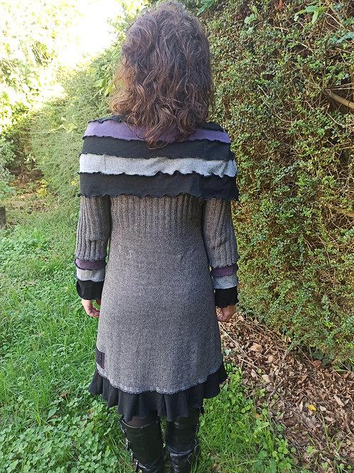 M. Robe à grand patchwork. Gris, violet et noir. Manches longues.