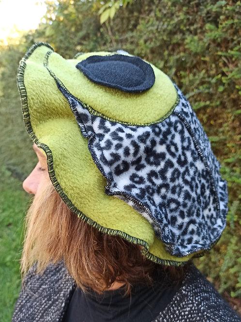 Béret en polaire vert anis. Imprimé léopard.