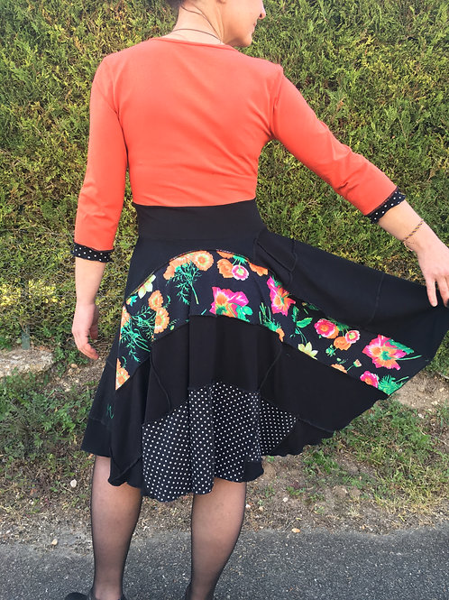 M/L. robe cercle rétro. Orange, noir, imprimé pois et fleurs.