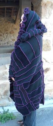 Poncho noir et violet, grande capuche