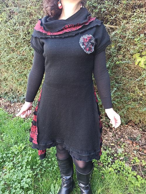 M. Robe noire et rouge brique.  Manches courtes. Upcycling
