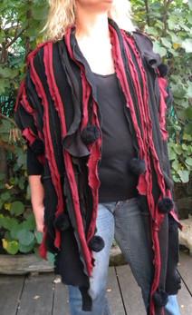 Echarpe noire, bordeaux et pompons