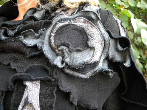 Echarpe patchwork grise. Broche amovible