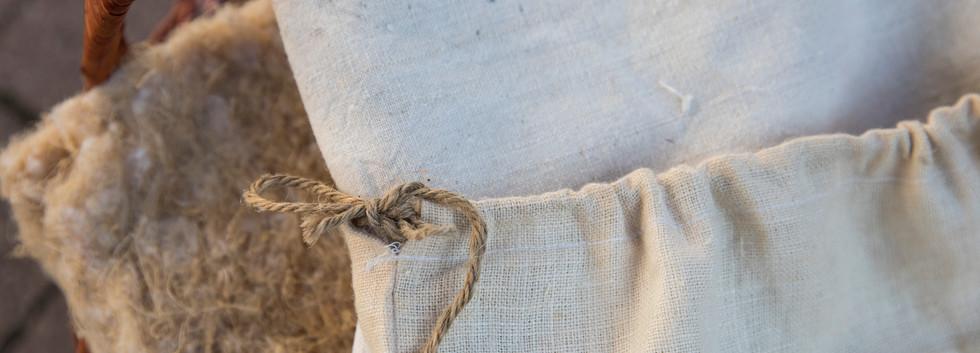 Canapa grezza e sacchetti di Canapa
