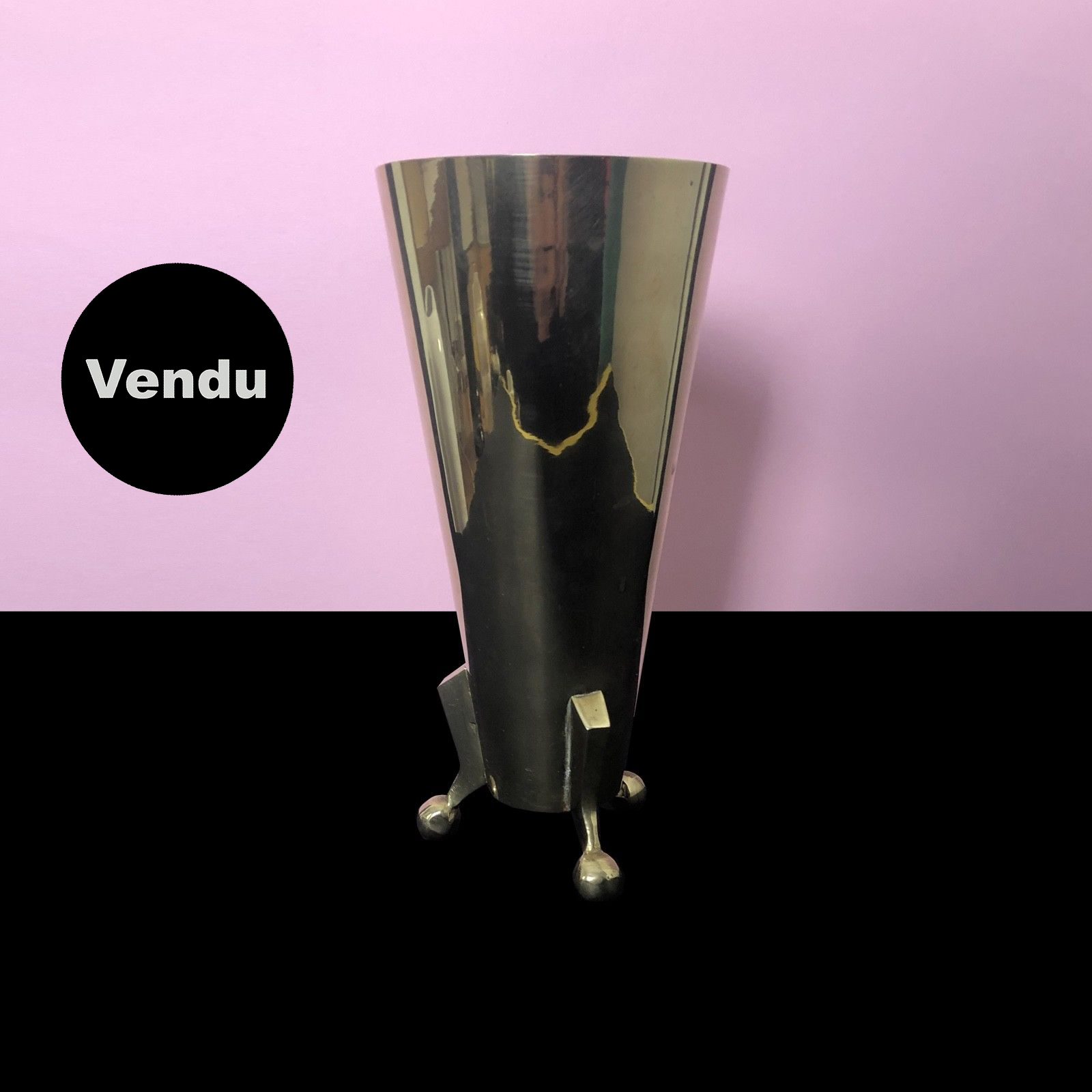 Vase laiton moderniste