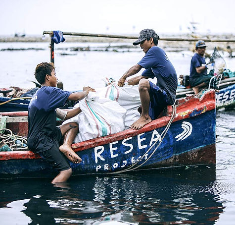 2500px-Loading-boat-with-collected-plast