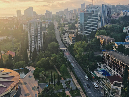 Вид с ЖК Новая Александрия на главную улицу г. Сочи Курортный проспект