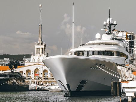 Шикарная Яхта на фоне морпорта г. Сочи