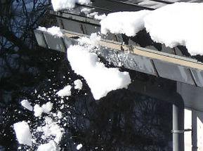 雪害01積雪屋根から落雪