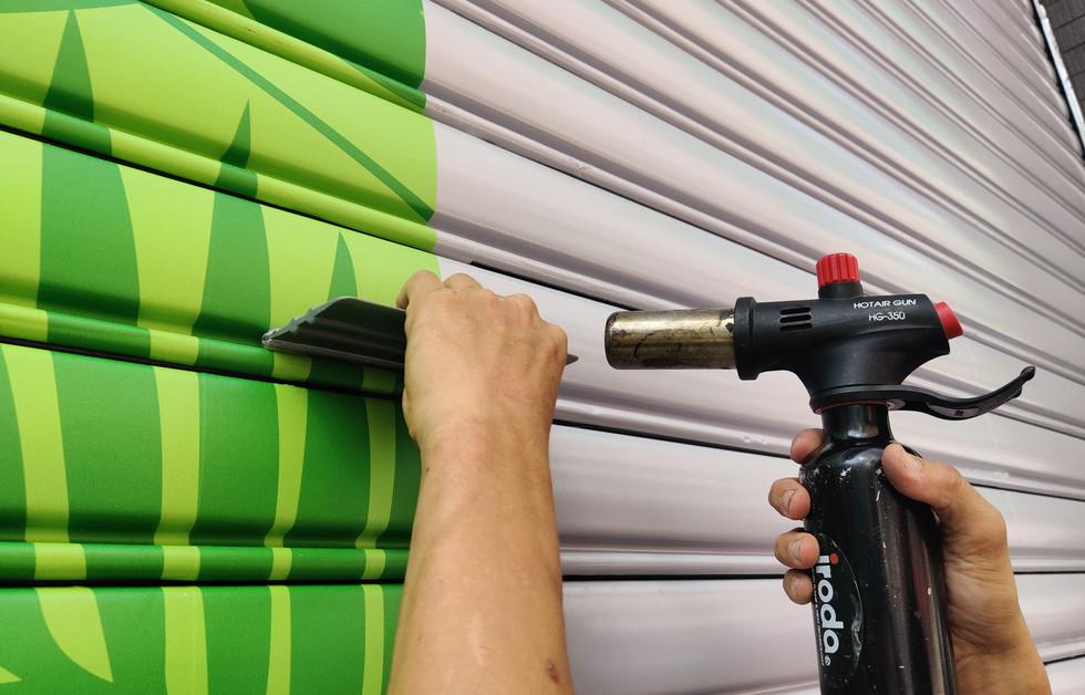 用熱風機整理未貼合或皺褶處