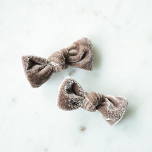 Almond velvet babyknot -pinnit