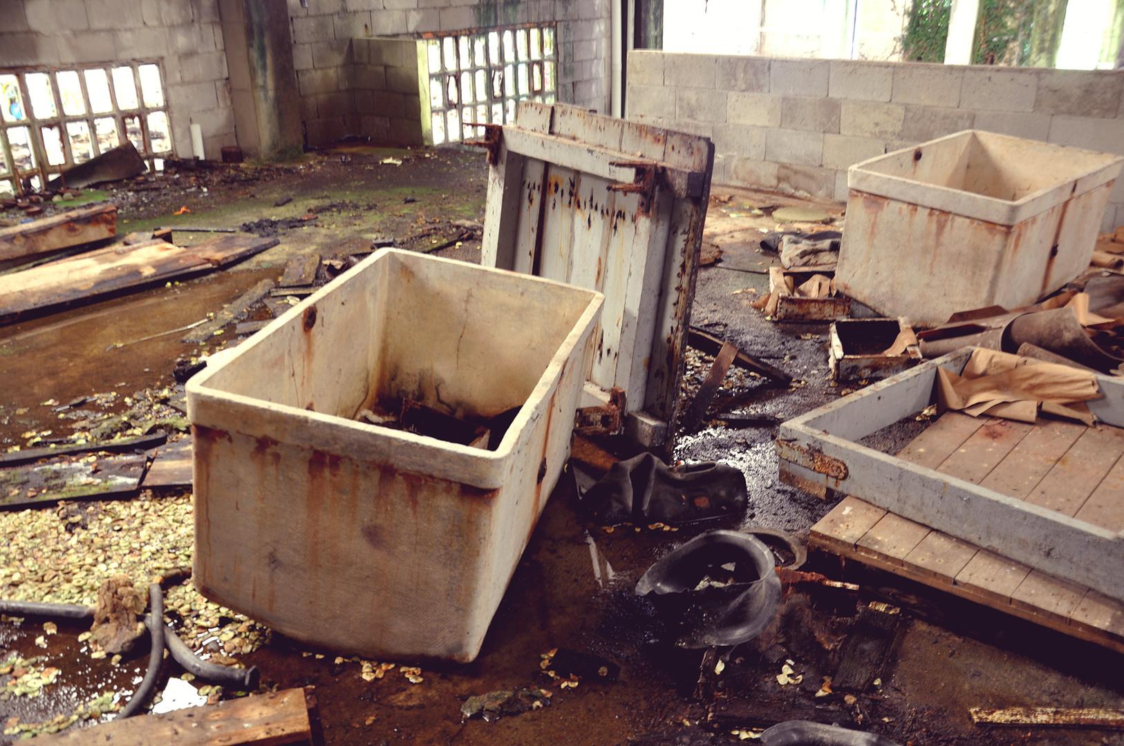 Una de las zonas superiores en segunda planta con restos abandonados