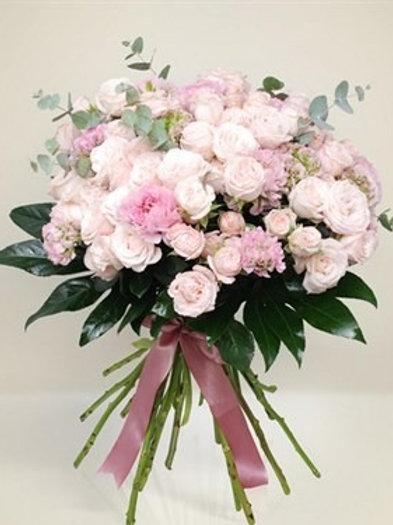 Bouquet di 15 rose  spray, 10 ranuncoli, verde decorativo e fiocco