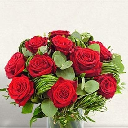 Bouquet di 12 Rose rosse supra con eucalipto e beargrass
