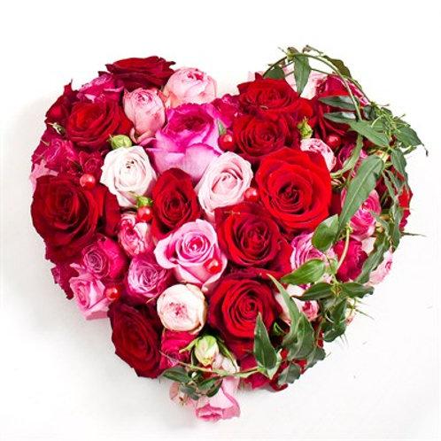 Cuore con mix rose e roselline e verde decorativo