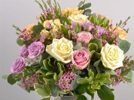Bouquet di Rose, roselline in tonalità pastello e verde decorativo