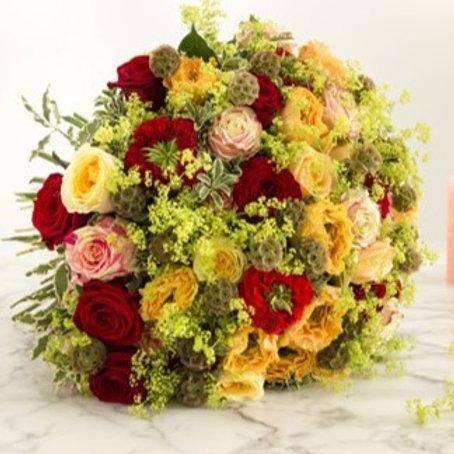 Bouquet di rose, ranuncoli, scabiosa, solidago, limonium dai toni caldi