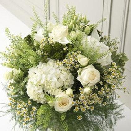 Bouquet di ortensie, rose, camomilla e verde decorativo.