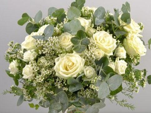 Bouquet rose bianche, eucalipto, waxflowers
