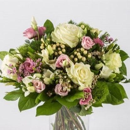 Bouquet di Rose, lisianthus, iperico e verde decorativo
