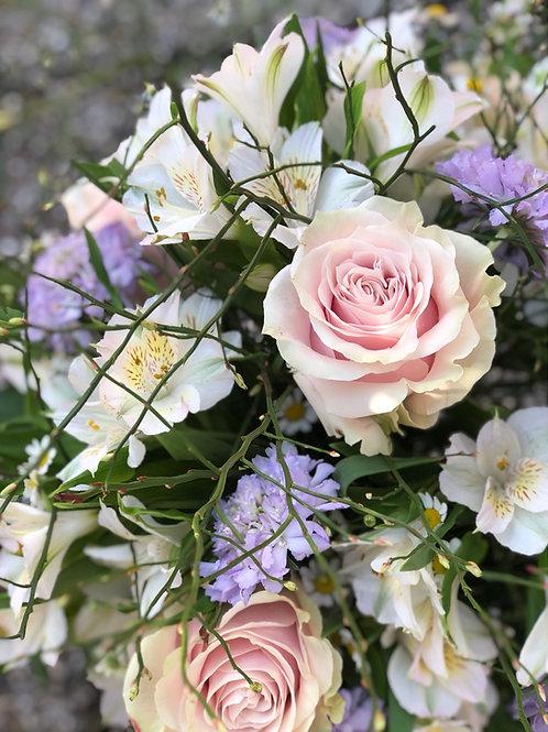 Bouquet di rose, scabiosa e alstromeria con verde decorativo