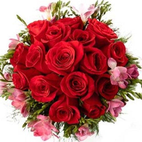 Bouquet di 15 Rose, 10 Fresie e verde decorativo
