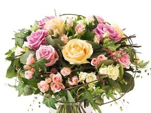 Bouquet di rose, roselline, lisianthus e verde decorativo
