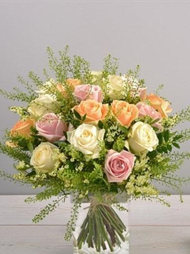 Bouquet di 21 Rose, salmone,rosa e bianco con talaspico