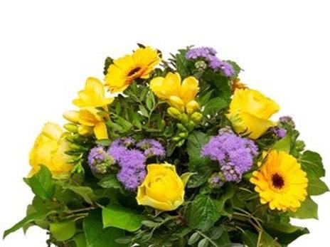 Bouquet di gerbere, rose, fresie, dianthus e verde decorativo