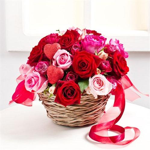 Cestino di rose mix e cuoricini Amour
