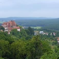 Die Burg Wernfels aus der Ferne