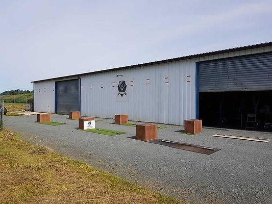 Salle de CrossFit Genum à l'extérieur. Il est possible de faire des WOD dehors ainsi que d'utiliser