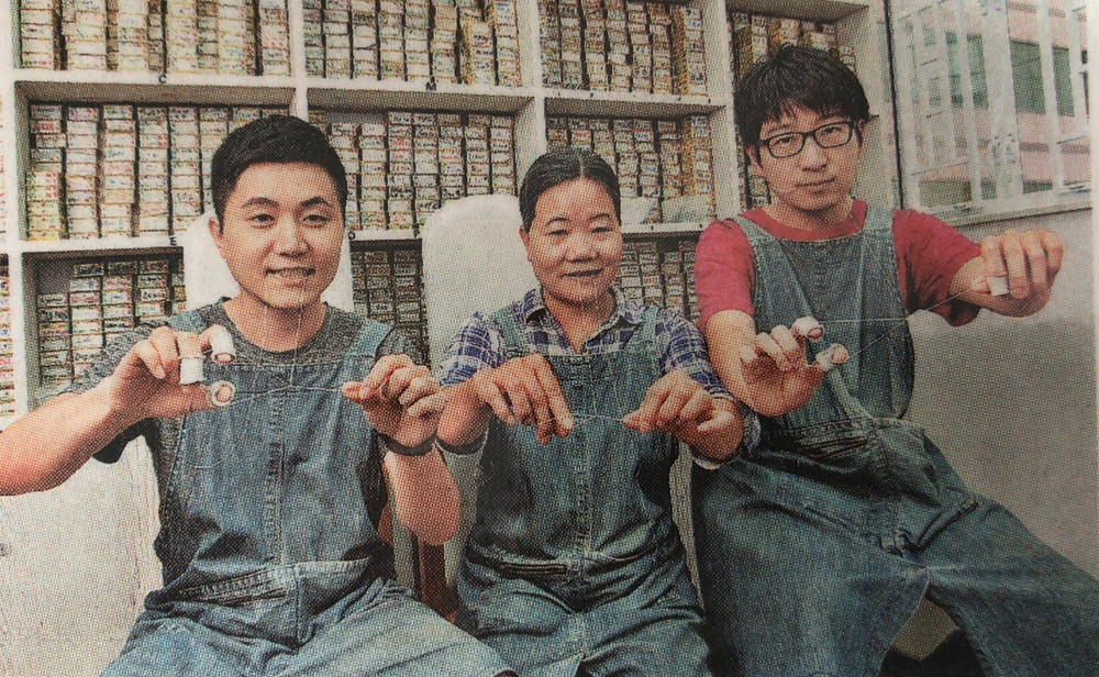梁太 (中) 自小學線面,幾個孩子的臉蛋都滑溜,如今更成為家傳手藝,兒子 (左) 和女婿 (右) 都是她的徒弟。(吳楚勤攝)