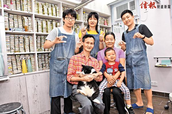 (後排左起)女婿阿樂、女兒燕珊、兒子成坤的線面技術如今已青出於藍,手抱貓咪的梁生和抱着孫子的梁太主要負責接電話。(吳楚勤攝)
