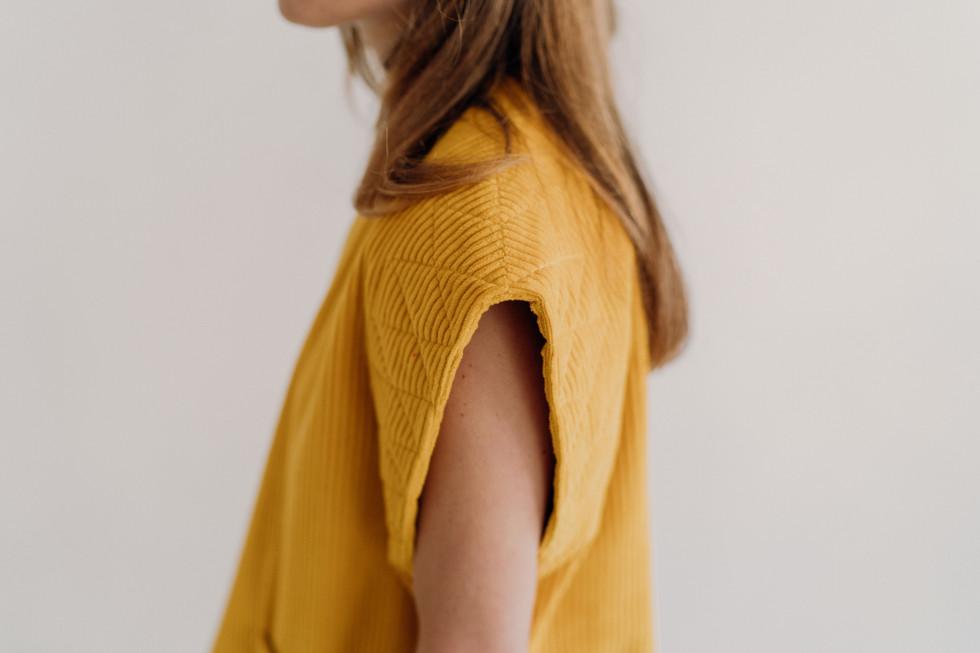 veste-sans-manches-velours-jaune-matelas