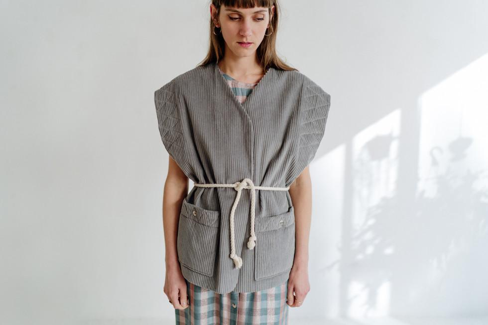 veste-sans-manches-velours-gris-matelass