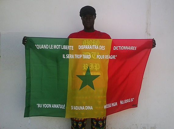 Art warning the World, Senegal - Kemp and his flag with the Klaus Guingand sentence in French and Wolof / Flag: 35,5 x 59 in. / Sentence white serigraphy / Signed